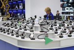 Departamento de ventas de los teléfonos móviles en un supermercado Imagen de archivo libre de regalías