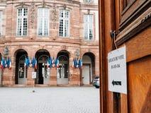 Departamento de voto, câmara municipal francesa da estação de votação com bandeiras dentro Foto de Stock