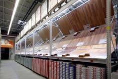 Departamento del entarimado en almacén de los materiales de construcción