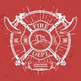 Departamento del fuego label Casco con los gráficos cruzados de la camiseta de las hachas Vector stock de ilustración