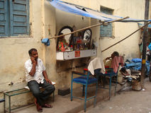 Departamento del peluquero/del peluquero de la calle en Delhi, la India Imagen de archivo libre de regalías