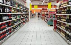 Departamento del vino en supermercado Foto de archivo libre de regalías