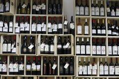 Departamento do álcool e do vinho no supermercado Fotografia de Stock Royalty Free