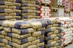 Departamento do cimento na loja dos materiais de construção fotografia de stock