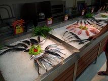 Departamento fresco do marisco no supermercado Tesco Lotus, Foto de Stock Royalty Free