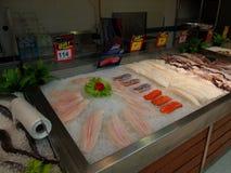 Departamento fresco do marisco no supermercado Tesco Lotus, Imagem de Stock