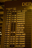 Depature Zeitplan im asiatischen Flughafen Stockbilder
