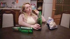 Dependencia alcohólica femenina, mujer con una botella en manos almacen de video