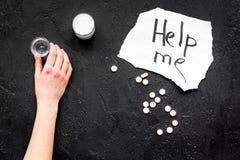 Dependencia del alcohol de la invitación Las palabras me ayudan cerca de píldoras en espacio negro de la copia de la opinión supe Fotografía de archivo