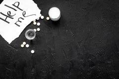 Dependencia del alcohol de la invitación Las palabras me ayudan cerca de píldoras en espacio negro de la copia de la opinión supe Fotografía de archivo libre de regalías