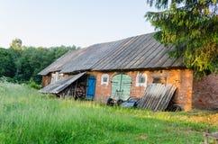 Dependencia vieja con el prado rural coloreado de las puertas Fotografía de archivo libre de regalías