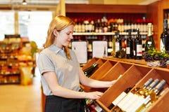 Dependienta en el departamento de organización del vino del supermercado Fotografía de archivo libre de regalías
