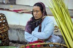 Dependienta en el mercado, pueblo Toyopakeh, Nusa Penida 17 de junio Indonesia 2015 Imágenes de archivo libres de regalías
