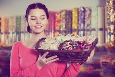 Dependienta en tienda de los dulces Foto de archivo