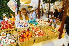 Dependientas y compradores en el Año Nuevo justo en Moscú Imagen de archivo