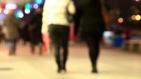 Depersonalized Menge von Leuten verschiebt sich auf der Stadtstraße stock video