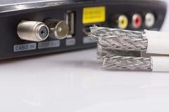 Depeszuje Dla cyfrowego TV, telewizja kablowa, dane kabel na bielu Obrazy Royalty Free
