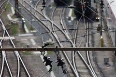 depeszuje elektryczność nad koleją zdjęcie royalty free