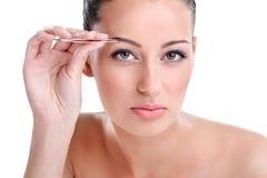 Depilating auf Augenbrauen Stockfotos