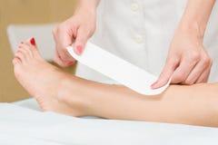 Depilazione del piedino femminile Immagine Stock