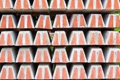 Depo mit Stapel Eisenbahnbetonschwellen Lizenzfreie Stockbilder