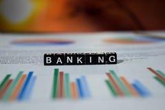 Deponować pieniądze na drewnianych blokach Finansowy oszczędzania zarządzania pojęcie obraz stock