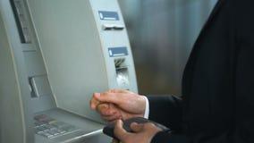 Deponuje pieniądze klienta ma problem z ATM, karciany dostawać zablokowany w czytelniku, wyposażenie błąd zbiory