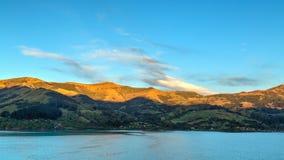 Deponuje pieniądze półwysepa, Nowa Zelandia Wschód słońca zaświeca porady wzgórza zdjęcie stock