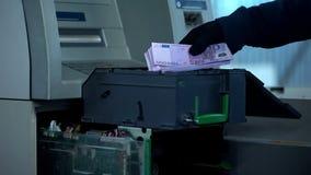 Deponuje pieniądze pracownika sprawdza ATM skrytkę, bierze out skrzynkę z euro w gotówce, deponuje pieniądze obrazy royalty free