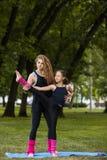 Deporte adolescente activo Gimnasia del trabajo en equipo de la familia Imágenes de archivo libres de regalías