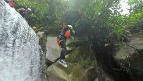 Deporte al aire libre del extremo del descenso de cañones de la cascada metrajes