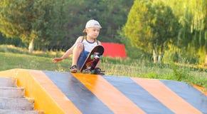 Deporte al aire libre del verano del monopatín del entrenamiento del niño del muchacho Imagenes de archivo