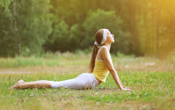 Deporte, aptitud, yoga - concepto, mujer que hace ejercicio Fotografía de archivo libre de regalías