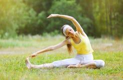Deporte, aptitud, yoga - concepto, mujer que hace ejercicio Fotos de archivo