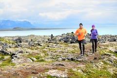 Deporte corriente del ejercicio - corredores en el campo a través Fotos de archivo libres de regalías