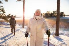Deporte de invierno en Finlandia - el caminar nórdico imagenes de archivo