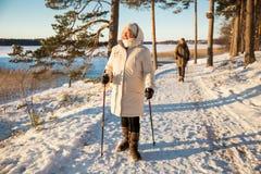 Deporte de invierno en Finlandia - el caminar nórdico imágenes de archivo libres de regalías