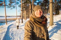 Deporte de invierno en Finlandia - el caminar nórdico fotos de archivo libres de regalías