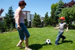 Deporte de la familia - jugando al fútbol (balompié) Imagenes de archivo