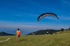 Deporte del Paragliding con paisajes agradables Foto de archivo