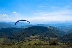 Deporte del Paragliding con paisajes agradables Imágenes de archivo libres de regalías