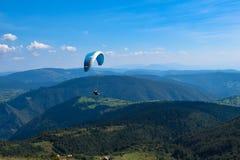 Deporte del Paragliding con paisajes agradables Imagenes de archivo