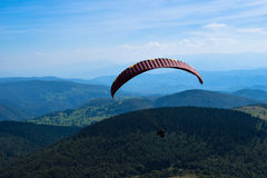 Deporte del Paragliding con paisajes agradables Fotos de archivo