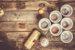 Deporte del partido de la universidad - ajuste de la tabla del pong de la cerveza imágenes de archivo libres de regalías