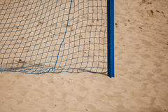 Deporte del verano del fútbol red de la meta en una playa arenosa Fotos de archivo libres de regalías