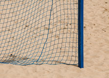 Deporte del verano del fútbol red de la meta en una playa arenosa Fotografía de archivo libre de regalías