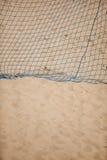 Deporte del verano del fútbol red de la meta en una playa arenosa Imagen de archivo libre de regalías