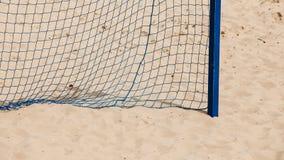 Deporte del verano del fútbol red de la meta en una playa arenosa Foto de archivo libre de regalías