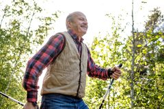Deporte del verano para la gente mayor El caminar n?rdico fotos de archivo