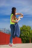 Deporte del verano Patinador fresco de la muchacha con el monopatín Fotografía de archivo libre de regalías